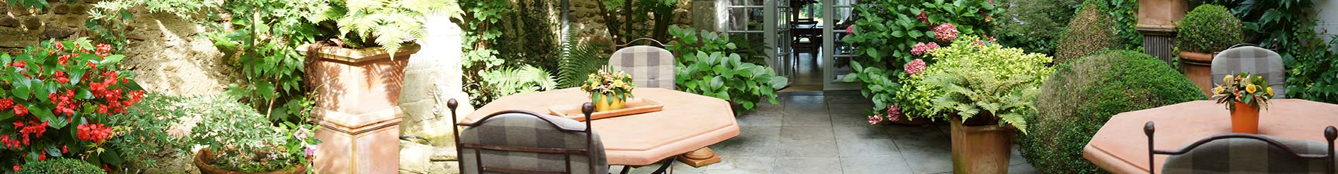 chambre-hote-patio-fleur-table